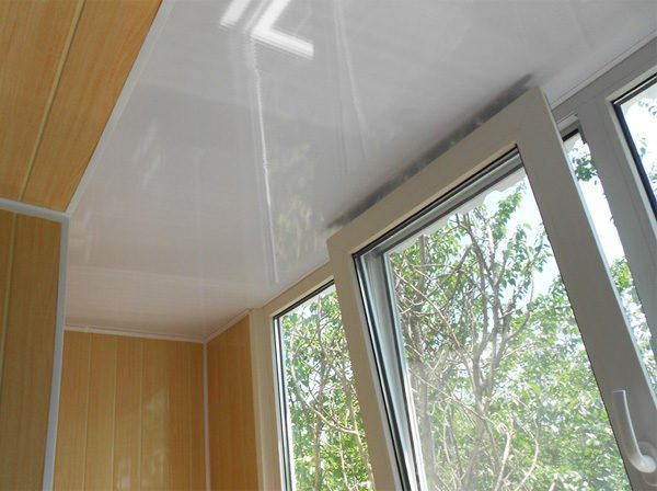 Натяжной потолок на балконе на морозе: плюсы и минусы, можно.