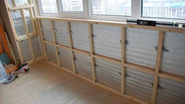 Обрешетка на подвесах для облицовки балконного ограждения.