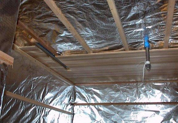 Обшивка потолка при использовании отражающей пароизоляции.