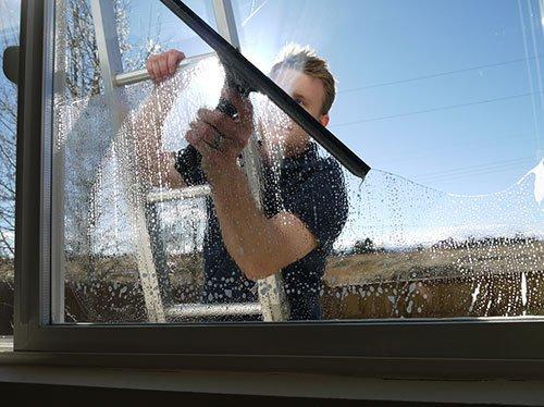 Очистить большие окна лоджии снаружи бывает куда сложнее, чем может показаться на первый взгляд
