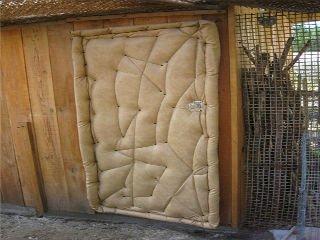 Один из эффективных и простых способов утепления двери в курятник.