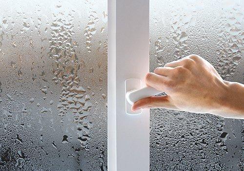 Оконному проему нужна тепловая завеса. Иначе на холодном стекле станет конденсироваться влага.