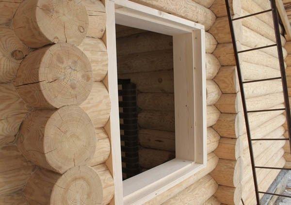 Окосячка окна в бревенчатом срубе.