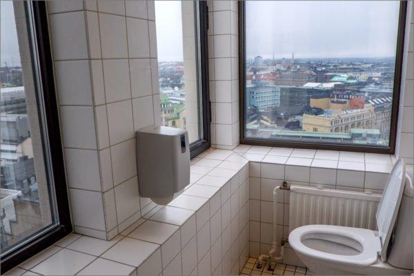 Оригинальное панорамное окно с красивым видом из санузла.