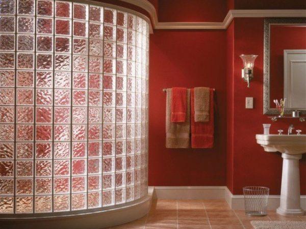 Оригинальный и практичный интерьер с использованием стеклоблоков