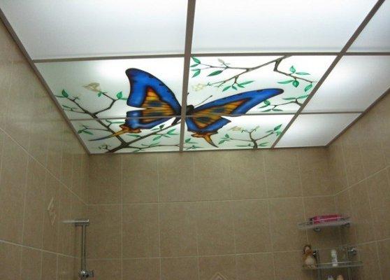От внешнего вида потолка напрямую зависит восприятие дизайна ванной.