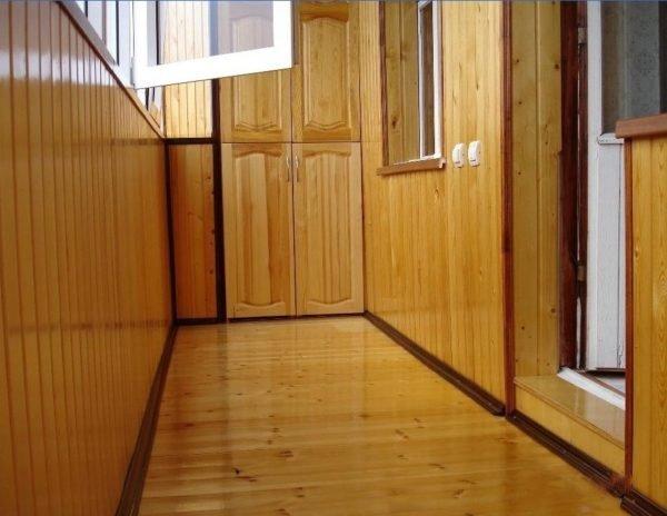 Отделка балкона деревянной вагонкой – природная красота