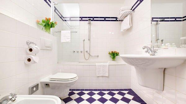 Отделка ванной белым кафелем