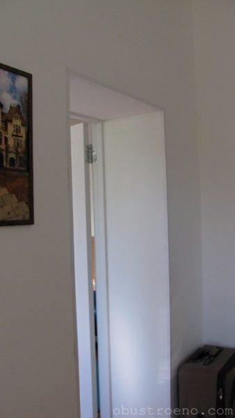 Откосы дверного проема выполнены из посаженного на гипсовую шпаклевку влагостойкого гипсокартона.