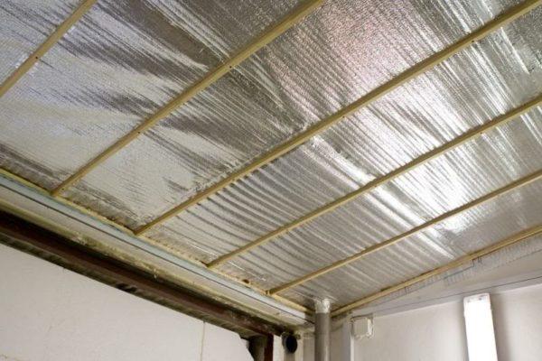 Пенофол – отличный тепло и звукоизолятор, он до минимума сокращает потери тепла через крышу
