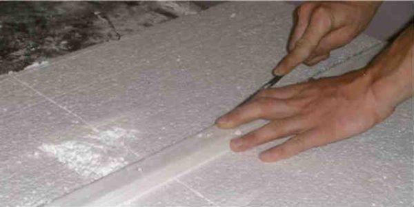 Пенопласт можно разрезать обычным ножом.