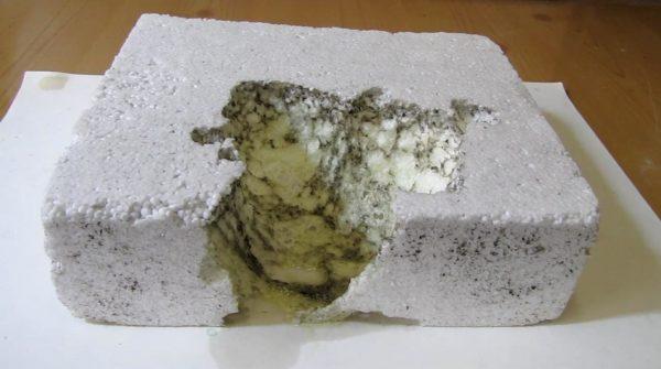 Пенопласт плохо переносит воздействие некоторых химических веществ.