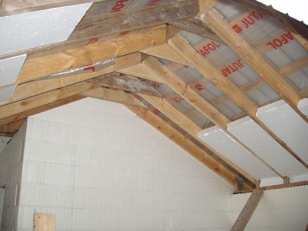Пенопласт позволяет быстро, надежно и недорого утеплить крышу.