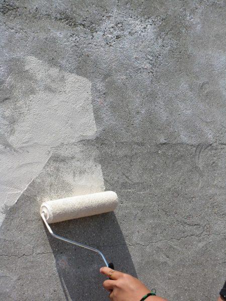 Перед облицовкой обязательно грунтуем стену