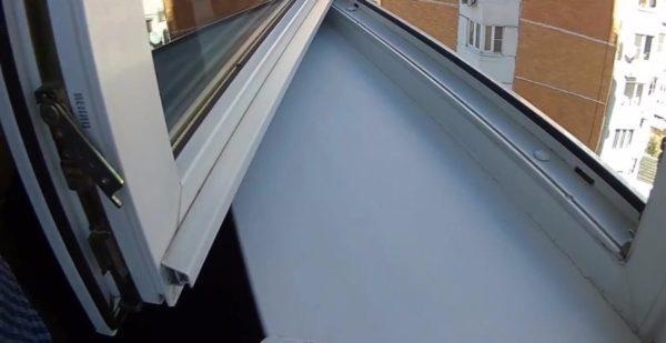 Перед тем как закрыть пластиковое окно снаружи профиля, сдвинули козырек на 10 мм вправо