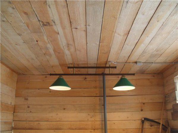 Перед утеплением потолка нужно проверить доски и заменить пришедшие в негодность детали.