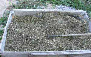 Перемешивание цемента с древесиной.
