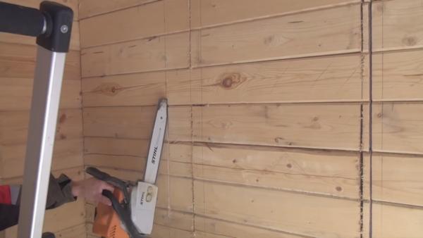 Пилу держим под таким наклоном по отношению к стене, если расположить инструмент перпендикулярно стене, будет сильная вибрация и сделать ровный рез не получится