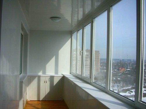 Пластиковые окна на балкон по всей ширине