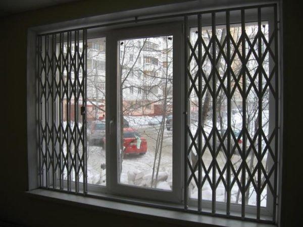 Пластиковые окна с решеткой внутри окна, снабжённой раздвижной системой