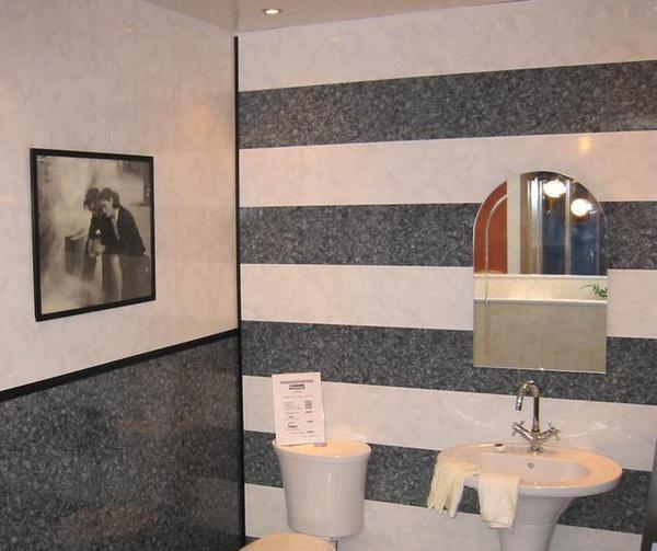 Пластиковые панели (на фото) – быстрый и оригинальный способ отделки стен в ванной.