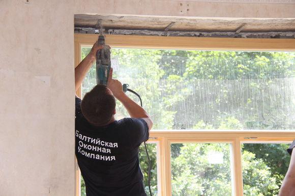 Пластины позволяют закрепить окно быстро и надежно