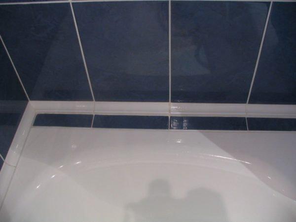 Плинтус между ванной и стеной.