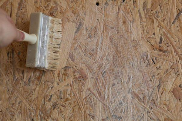 Плиты OSB лучше всего просто покрыть лаком, тогда в них не будет въедаться пыль и грязь