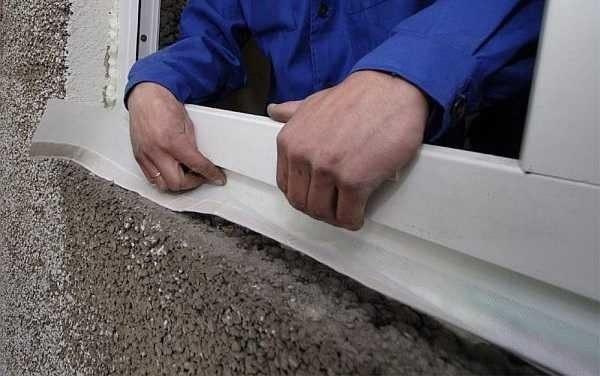 Под отлив с наружной стороны тоже стоит установить диффузный слой