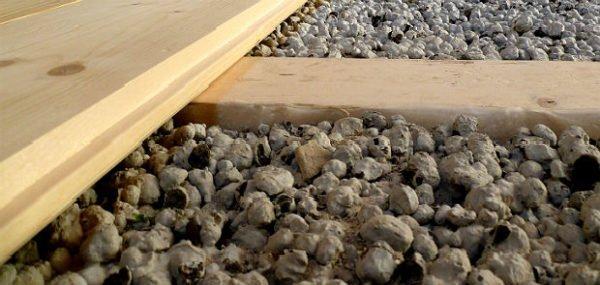 Пол и чердачное перекрытие можно утеплить с помощью керамзита.