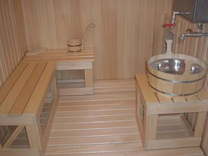 Пол в бане из древесины, уложенной поверх бетона.