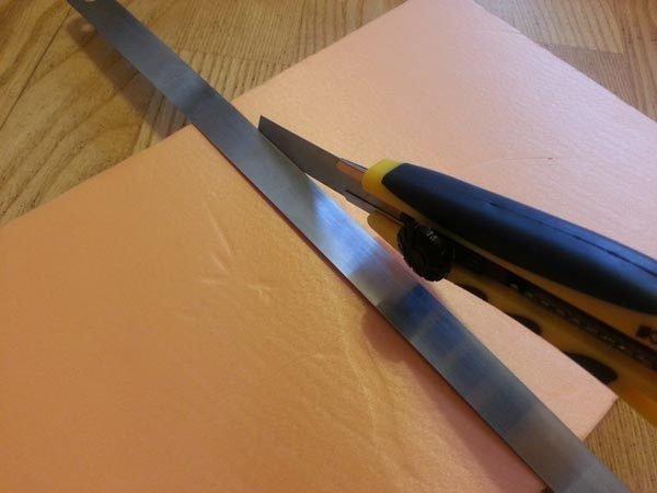Порезка пеноплекса с помощью канцелярского ножа.