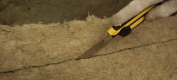 Порезка плит минеральной ваты.