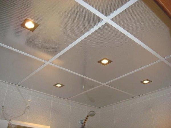 Потолок из подвесной плитки.