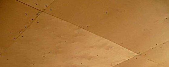 Потолок, зашитый фанерой.
