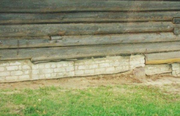 Поврежденные участки стен необходимо отремонтировать.