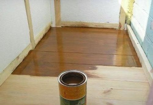Прежде чем покрасить деревянный пол, очистите его от пыли и мусора
