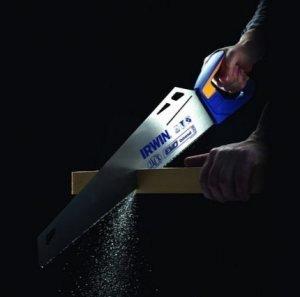 При резке держите ножовку перпендикулярно бруску