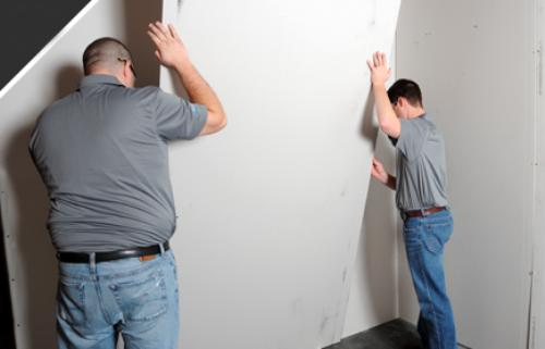 Прикладывание листа к стене.