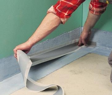 Приклеиваниегидроизоляционнойленты в местах стыка пола и стен.