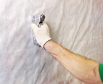 Пример крепления пароизоляционной пленки к рейкам степлером