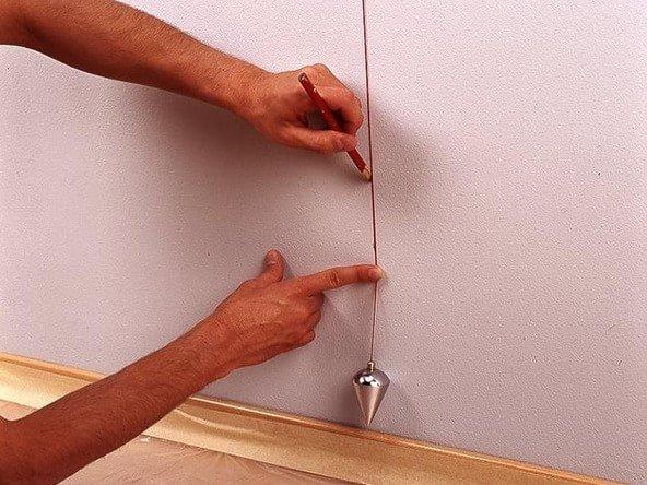 Пример того, как делать вертикальные метки: просто прижмите шнур отвеса к поверхности