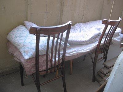 Кровать на балконе или лоджии: 7 решений оформления obustroe.