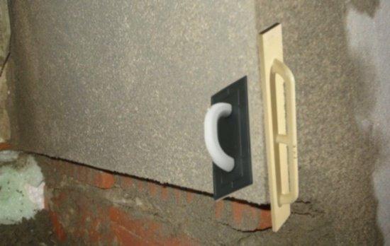 Прямоугольный шпатель служит для нанесения штукатурки, терка - для выравнивания поверхности.