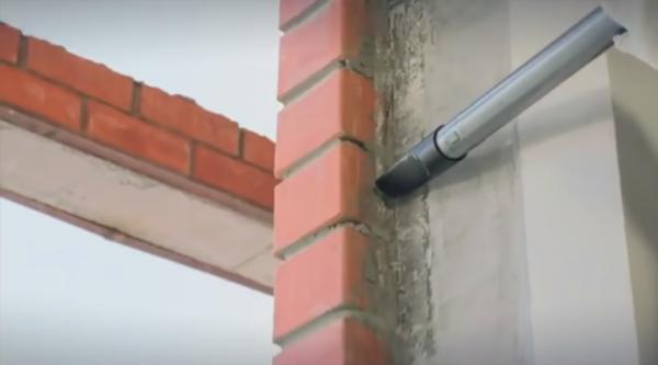 Пыль и бетонная крошка в проеме не дадут правильно поставить раму
