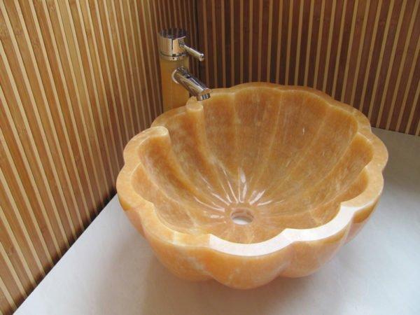Раковина - ракушка установлена на столешницу.