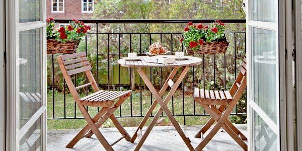 Раскладная мебель на просторном балконе.