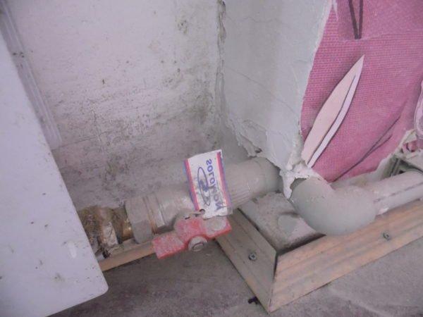 Расположение радиатора и запорной арматуры до врезки