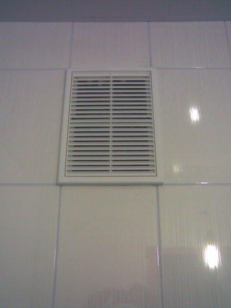 Решетка вытяжной вентиляции в ванной комнате.