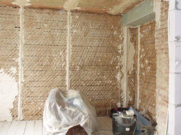 С помощью дранки и глины можно отлично утеплить птичник, превратив его в элитное жилье для кур.